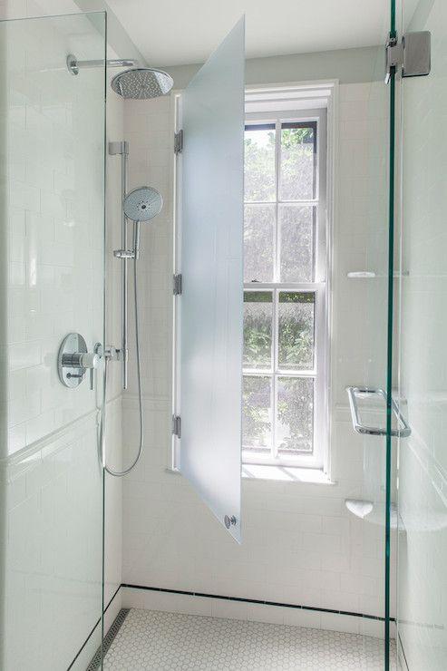 Handige oplossing zodat de douchehoek toch voor een raam kan staan #interieurstyling #douche #raam