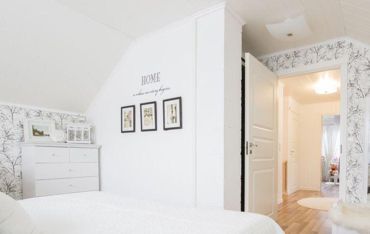 Rauhallinen makuuhuoneen sisustus Älvsbytalossa. Suometar-talo (2h+k+s, 81,5 m²+yläkerta 38 m²)