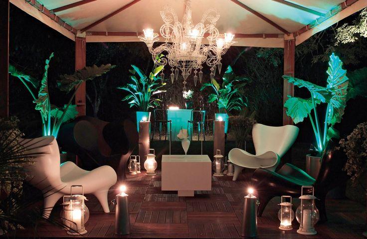 DB Design David Bitton.  Il concetto di questo giardino design è stato quello di creare un proseguimento della casa all'esterno, dove ogni luogo rappresenta un' attività da svolgere all'aria aperta. Si distinguono così differenti spazi come quello del relax, del salone, del lounge bar e del riposo.