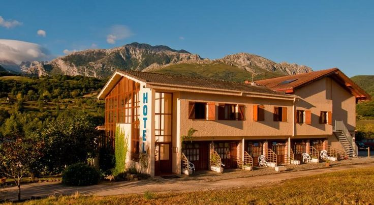 Hotel Torrecerredo Arenas de Cabrales Featuring a garden terrace-bar with beautiful views of the Picos de Europa Mountains, Hotel Torrecerredo offers rustic-style rooms with free Wi-Fi. It is a 5-minute walk from the centre of Arenas de Cabrales.
