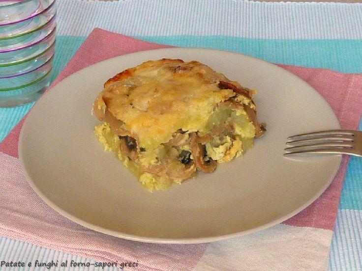 Οι πατάτες με μανιτάρια στο φούρνο είναι πολύ απλό και νόστιμο πιάτο, ιδανικό για να συνοδεύσει τα κύρια πιάτα των γευμάτων σας. Δεδομένου ότι είναι ένα πλούσιο πιάτο μπορεί να σερβιριστεί και ως κύριο πιάτο. Ιδανικό για όσους ακολουθούν μια χορτοφαγική διατροφή.