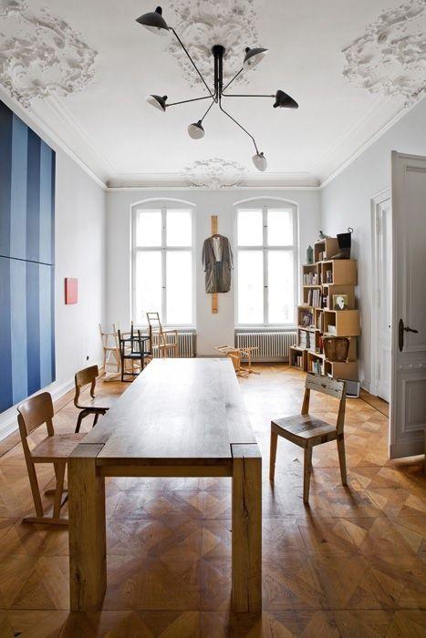 Nella sala riunioni, in primo piano tavolo Bigfoot di Philipp Mainzer per e15 e sedia di Piet Hein Eek. A soffitto una sospensione  di Serge Mouille. Sullo sfondo, libreria  su disegno e l'installazione Blitz Stühle di Frank Leder
