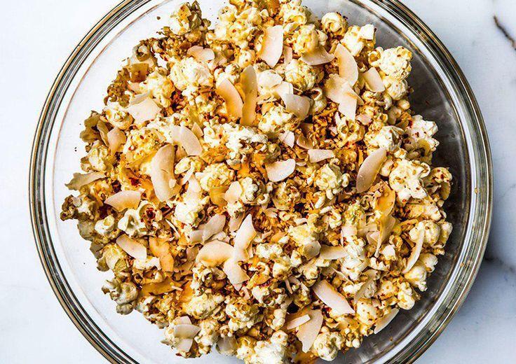 Кокосовый поп корн-300 г зерен для попкорна  1 ст. л. кокосового масла  1 ст. л. растопленного кокосового масла  2 ст. л. сиропа агавы  1/3 стакана поджаренной кокосовой стружки  ¼ стакана поджаренных семян кунжута  щепотка морской соли