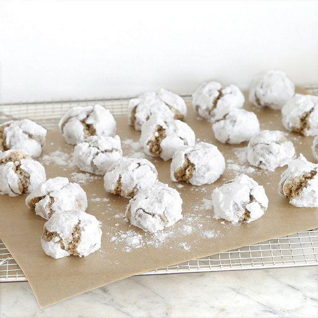 Boules de neige à la noisette, pour 48 biscuits : 200g de poudre de noisette 160g de sucre glace 40g de blanc d'œuf (plus d'un blanc d'œuf) 100g de sucre glace pour la déco                                                                                                                                                                                 Plus