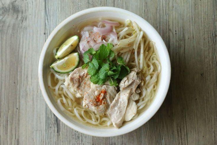 今日のごはんは、フォー風うどん。 ベトナムのフォーのような味付けにしたスープに細いうどんを入れました。 フォーの麺もライムも手に入らなかったので、簡単に出来る「フォー風」です。 スープまでガブガブ飲んじゃうくらい大好きなごはん。 ~フォー風うどんのレシピ~ (1人分) ・うどん(細め) 一人分(そうめんや春雨でも美味しい) ・水 500cc ・鶏がらスープの素 小さじ2 ・酒 小さじ2 ・鶏もも肉(胸肉) 1/2枚 (調味料) ・ナンプラー 小さじ2 ・オイスターソース 小さじ1/2 ・塩 少々 (具) ・紫玉ねぎ 1/2個(普通の玉ねぎでも良い) ・もやし ひとつかみ ・かぼす(あればライム…