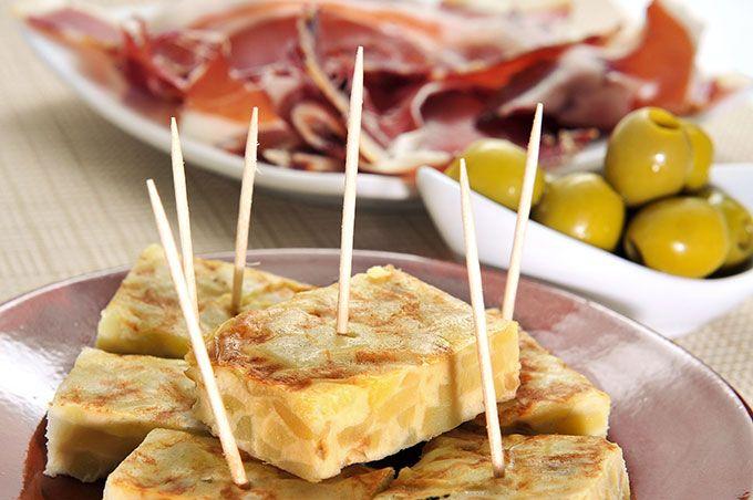 Als je iets anders wilt dan Pad Thai, ga dan voor Spaanse pintxos bij El Bizarro, een Spaans restaurant. De kaart is uitgebreid en de keuken geweldig. Gazpacho, albóndigas, patatas bravas, pan con tomate... En de paella's zijn helemaal niet te versmaden. Een portie kost 200 bath, ongeveer €4,70. Alle dagen geopend vanaf 18.30 uur. Er zijn ook wijnen, sangría staat op de kaart en met een beetje geluk geniet je van een concert.