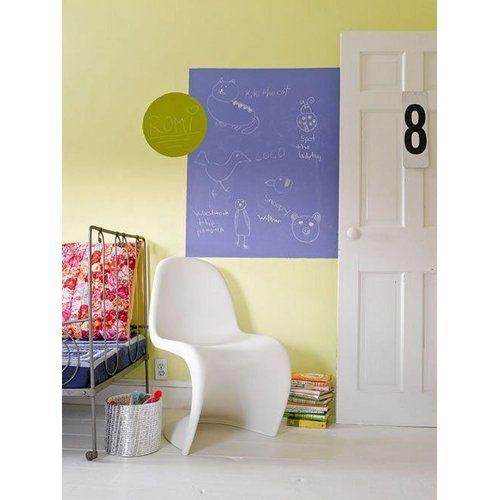 Kinderzimmer mit gelber Wand und Lila Maltafel kombiniert mit dem Verner Panton Stuhl in Weiß