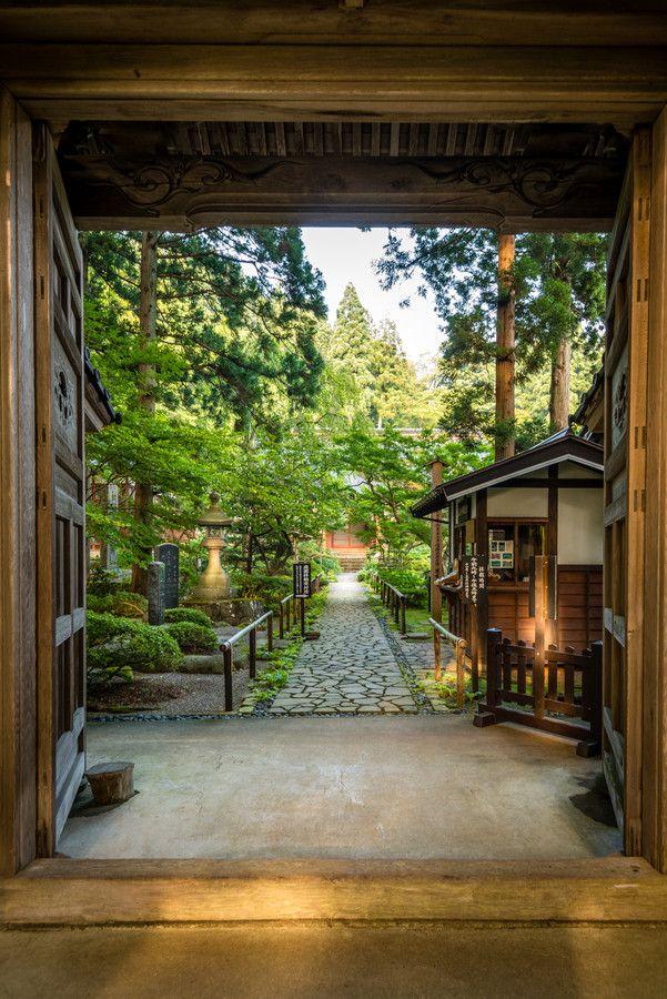 Gyokusen-ji temple on the foot of Mt. Haguro, Tsuruoka, Yamagata, Japan 玉川寺 羽黒町 - - - - - - - - - - 開山は、鎌倉時代、建長3年(1251)、曹洞宗の開祖、道元禅師の高弟であった了然法明禅師によるものと伝えられている。了然禅師は、朝鮮の百済に生まれ、中国、径山寺で修行の後、日本へ渡来。羽黒山に参詣し、観音の聖所があったこの地に庵を結び、玉泉寺とした。 この寺の本尊、聖観音菩薩は、「南無観世音菩薩」と唱えると、世の中の音をしっかりと観(き)き、救いの手をさしのべる慈悲の菩薩である。 鎌倉期以後、室町期にいたる経緯は、記録にないが、享徳2年(1453)、新潟県村上の耕雲寺より南英謙宗禅師に願い、「玉川寺」として再興された。