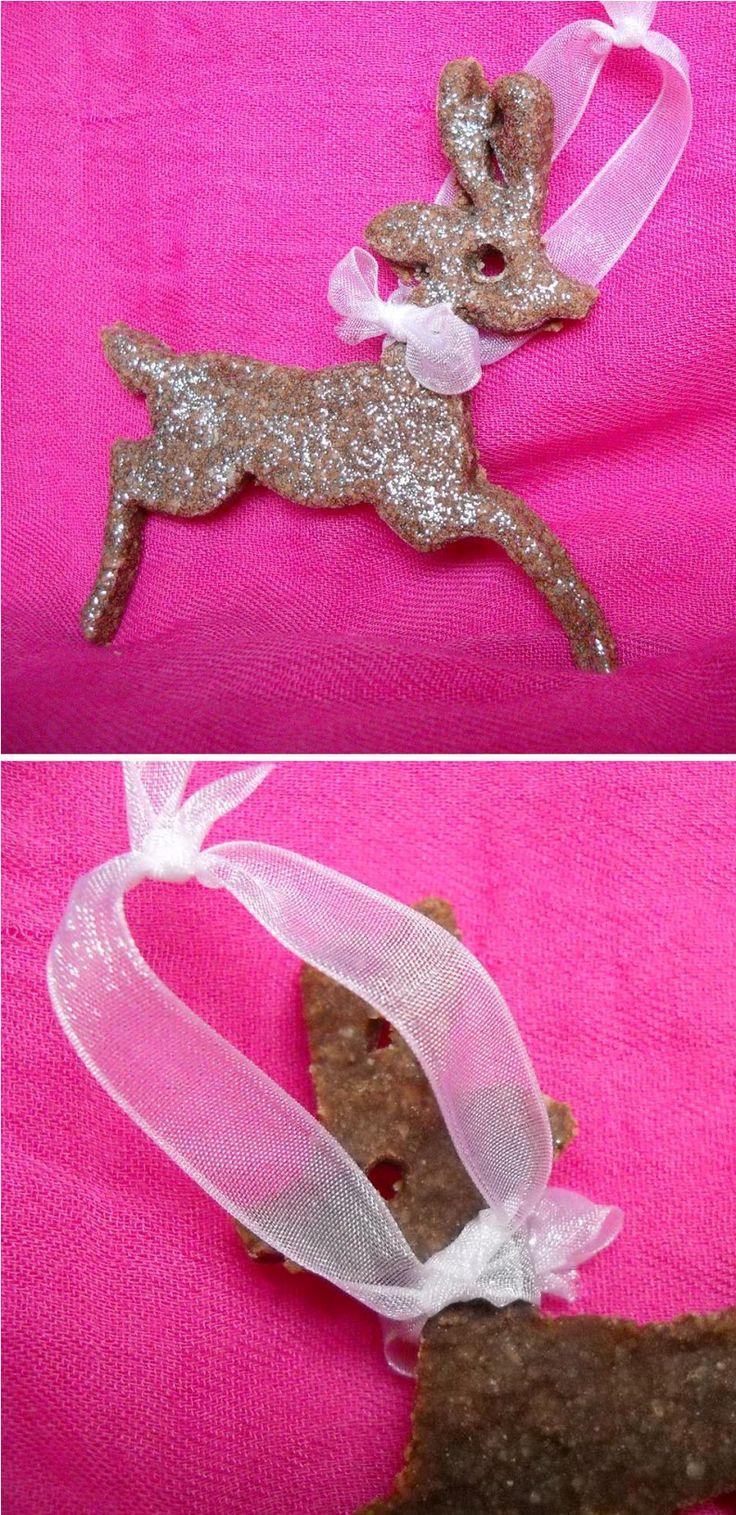 Decorazione a forma di cervo: base in pasta di sale colorata con cacao e verniciata con smalto per unghie glitterato