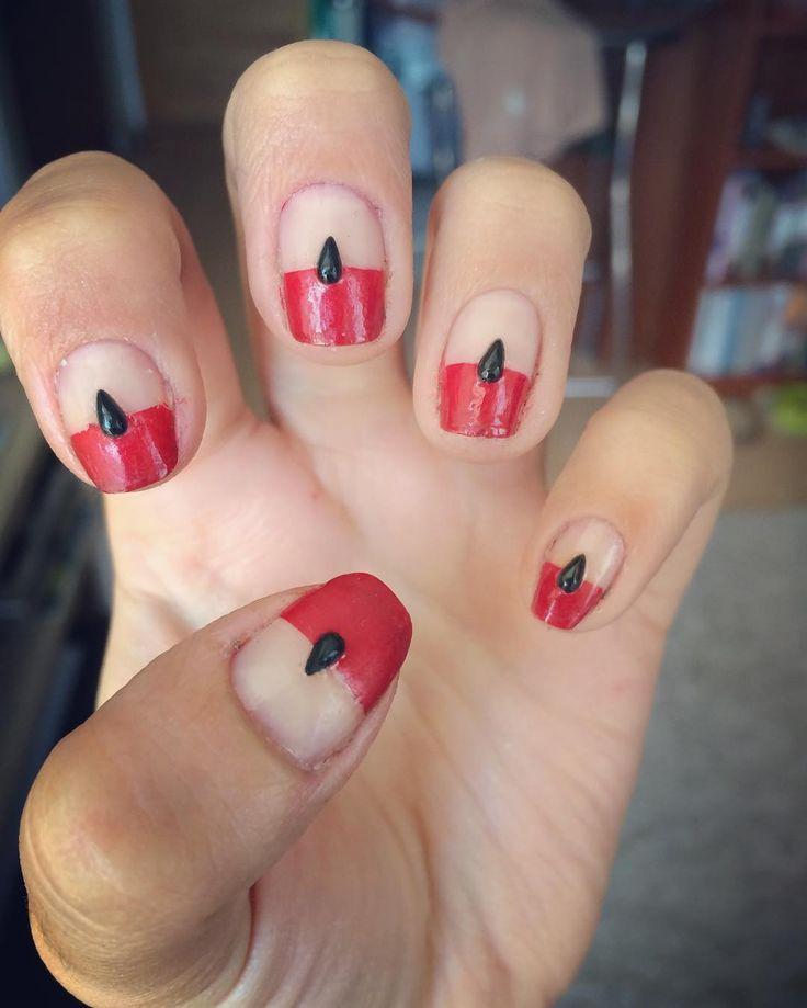 Algo sencillo con un pequeño accesorio en forma de gotita (me dijeron que parecían pokebolas 😂) 💧 💅#colorarte #instanailschile #instanails #instadesign #nails #naildesing #nailschile #nailart #nailartchile #nailartdesign #manicure #manicurechile #uñas #unhas #nail #nailpolish #nailswag #essie #essiepolish #essiechile #minimalist #negativespace #redandblack