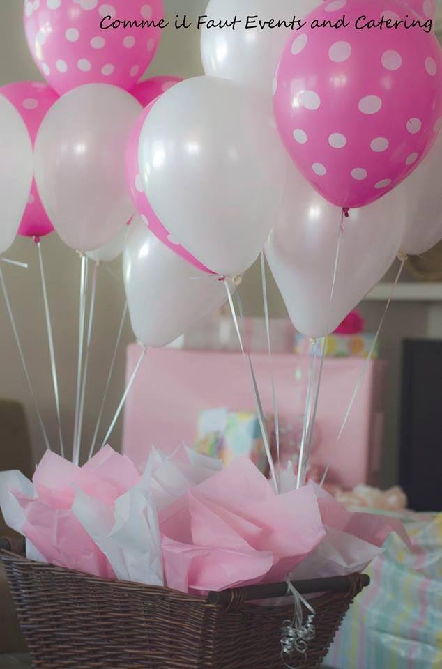 para baby shower ubicados en los centros de mesa con globos