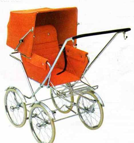 SVENSKTILLVERKADE BARNVAGNAR  BRIO 300 S  En sittvagn från år 1970. Det började bli populärt med svart styre. Dock hade man ej börjat med svarta däck ännu.  Vävplast, smärting eller textil.