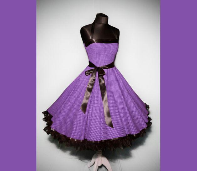 Wunderschön das Kleid im typischen 50er Jahre Polkadot-Dessin. Verarbeitet aus hochwertiger, kühler Baumwolle im schrägen Fadenlauf für einen noch besseren Sitz.   Die ca. 5cm breiten...