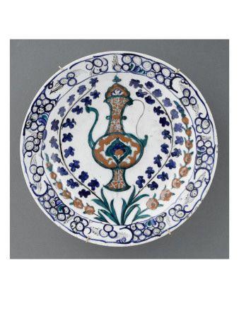 Plat à l'aiguière entre des tiges fleuries - Musée national de la Renaissance (Ecouen)