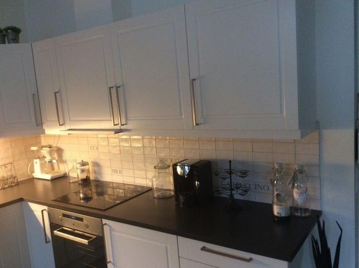 #Flislegging med hvite fliser over kjøkkenbenk. #backsplash