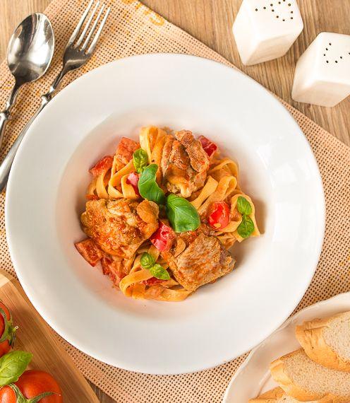 Паста с курицей и томатно-сливочным соусом