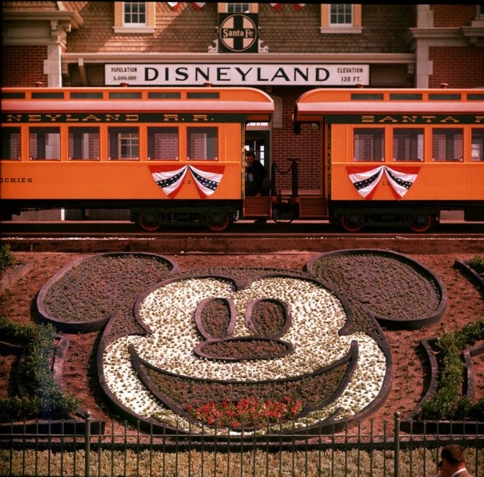 Le train roule pour la première fois autour du parc Disneyland Californie en 1955