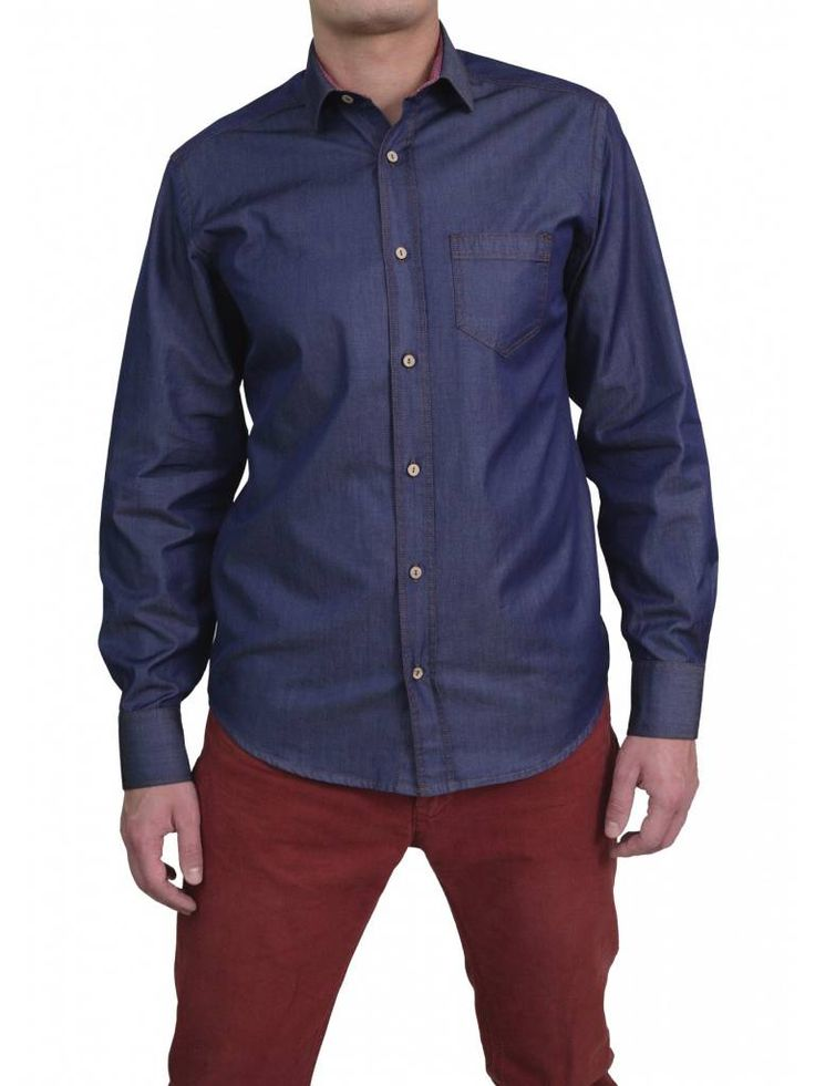 Dit mooie overhemd van Vegea heeft een denim look met een roze gloed erover. Een must have!