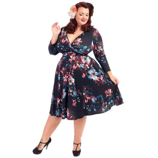 Květované šaty s liliemi Lady V London Lyra Šaty ve stylu 50. let pro plnoštíhlé dámy. Krásné šaty, které využijete pro spoustu příležitostí - můžete si v nich vyjít na svatbu, do společnosti, vzít si je na dovolenou, ale stejně tak i do zaměstnání. S kratším sáčkem či pašmínovým šálem je unosíte i v chladnějším období. Záleží jen na tom, s jakými doplňky je zkombinujete. Černý podklad s potiskem lilií, dlouhý rukáv, dekolt překřížený, v pase vázačka, velmi příjemný, splývavý materiál (95%…