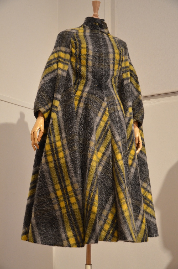 Cape from the Madame Grès exhibit at the Musée Bourdelle in Paris. I love the sleeves! Mme GRES dans les années 1950 !