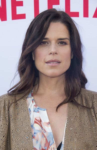 Neve Campbell Long Wavy Cut - Neve Campbell attended the Netflix Emmy season casting event wearing a gently wavy hairstyle.
