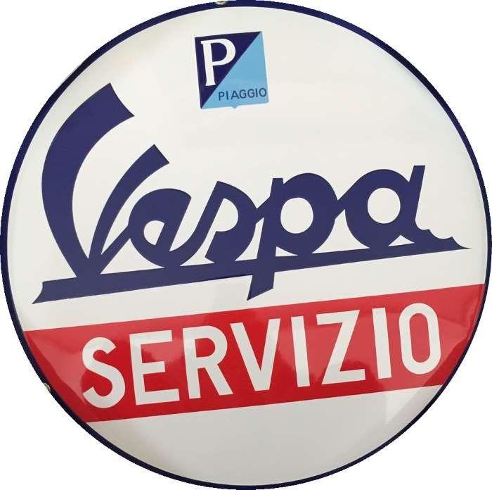 Vespa Servizio Piaggio : Plaque décorative rétro en émailreprésentantle sigle Vespa. Idéal pour créer une décoration vintage dans un garage, un atelier, un bar, un restaurant italienou même dans une concession moto.