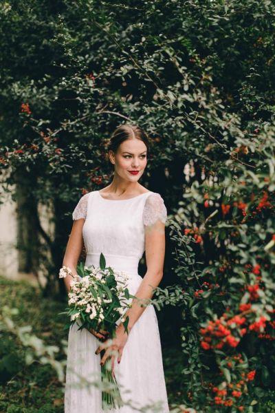 Il matrimonio dal tema natalizio: oro, rosso e verde per l'allestimento del set nuziale e un tocco di rosso per personalizzare l'abito della sposa di pizzo bianco