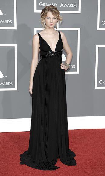 Taylor Swift, 'reina' de la música... y de la moda En la entrega de los premios Grammy 2009, Taylor Swift, muy elegante, con vestido negro de escote corazón y cinturón de cuero de varias vueltas, de Kaufman Franco.