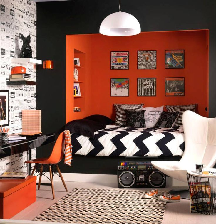 Дизайн спальни мальчика 13-17 лет с оранжевыми акцентами