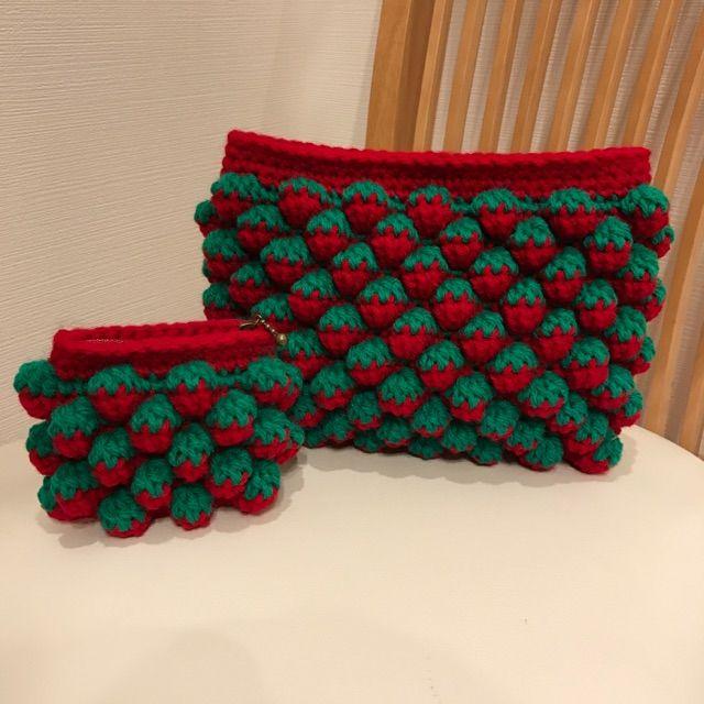 バッグとかブランケットなどの大物中物が続いたので、今回は小物をご紹介します 苺ちゃんポーチを編みました。 複雑な編み方に見えますが、とても簡単です ポーチなのであっという間にできます❗️ 使うものは毎度お馴染み、ダイソーのアクリルヤーンの赤と緑です。 かぎ針は...