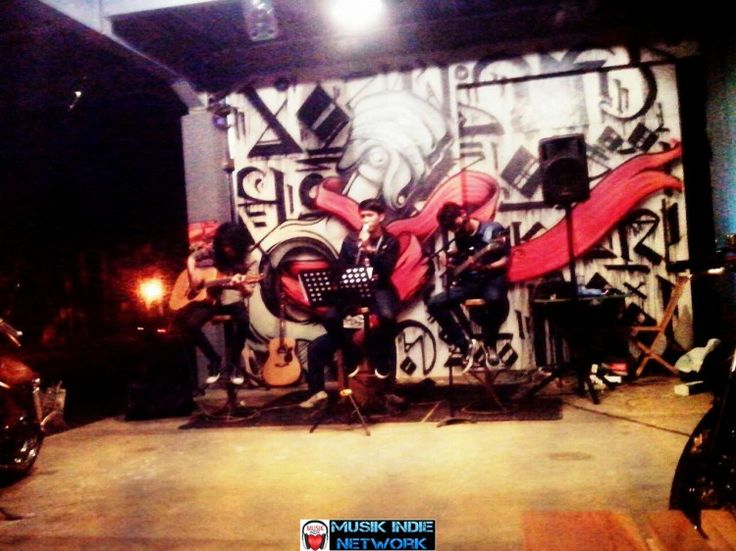 Ellino Band Perform at Renegade Cafe