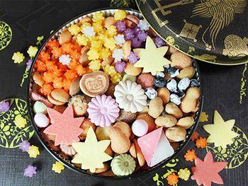 秋には秋色缶。 日本らしく四季を感じることの出来るお菓子なので外国の方にも喜ばれます。