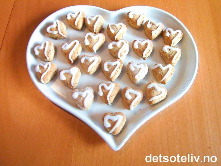 """""""For sparer du ditt hjerte, så skrumper hjertet hen"""" (Arnulf Øverland). """"Kransekakehjerter"""" er veldig søte og veldig gode og bør deles med andre. Pakk gjerne et par stykker inn i litt cellofan og gi bort til noen du er glad i."""
