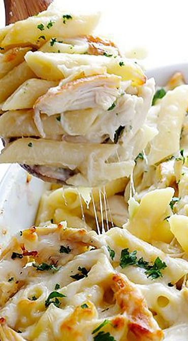 Chicken Alfredo Baked Ziti ~ Delicious chicken and pasta are tossed in alfredo sauce and baked to cheesy perfection.