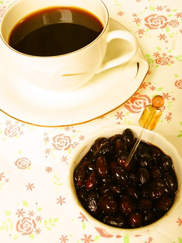 ☺洋風おせち♪黒豆のはちみつコーヒー煮☺ はちみつとコーヒーを使った黒豆煮です♪ お正月のおせち料理にもピッタリで、箸休めの一品としてもオススメです☆    材料 (作りやすい分量) 黒豆 100g インスタントコーヒー 大さじ2 砂糖 大さじ2 はちみつ 大さじ4 塩 小さじ1/4 水 1200cc  作り方 1 鍋にインスタントコーヒー・砂糖・はちみつ・塩・水を入れて、はちみつが溶けるまで混ぜて、水洗いした黒豆を加えて一晩おく。 2 一晩おいたものを、沸騰させないぐらいの弱火で2時間、ことこと煮込んで、豆が柔らかくなったら完成♪ 3 保温鍋を使えば、ずっと火のそばにいなくてもいいので便利です。 コツ・ポイント ・はちみつを入っているので、普通に煮るよりも焦げ付きやすいです。たまにかき混ぜたり、水が少なくなってきたら、少しずつ足して煮ていってください。