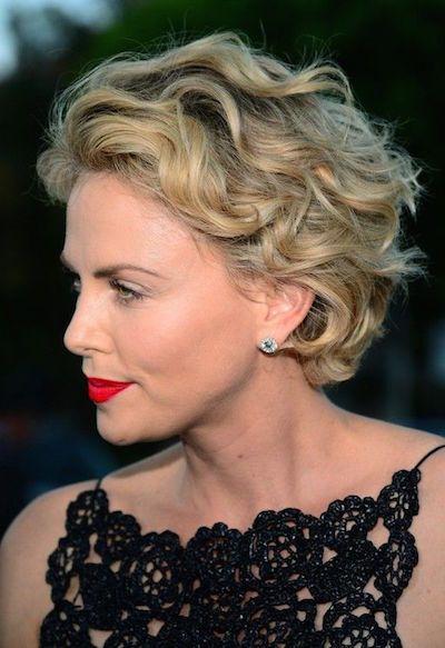 cortes de pelo corto y rizado de la mujer