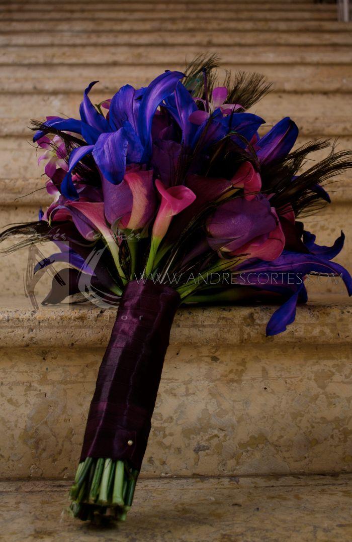 The mix of flowers in shades of purple with ostrich feathers make this unique bouquet, design Andres Cortes.                                  La mezcla de flores en tonos purpuras con plumas de avestruz hacen de este ramo unico, Diseño de Andres Cortes. www.andrescortes.com