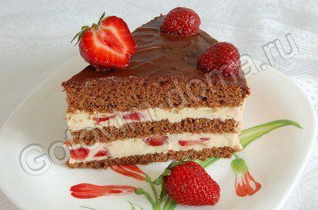 Рецепт: Шоколадный бисквит с творожно-сливочным кремом и клубникой