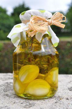 Comment : 1. Avec une huile de qualité faiblement aromatisée pour ne pas écraser le goût de l'huile au final. On choisira donc une huile de colza, de tournesol, d'arachide ou une huile d'olive toute douce. 2. Avec des aromates, des herbes, des épices,...