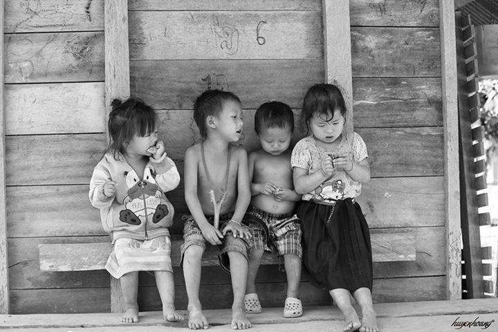 Trẻ em trong làng người H'Mông tại Vang Viêng, Lào