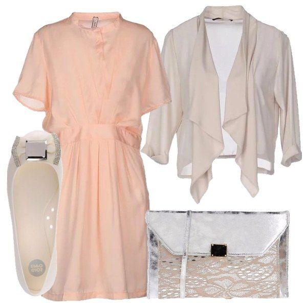 Outfit low cost composto da vestito manica corta color salmone, giacca beige, ballerine con fiocco sul davanti e dettagli in lurex e tracollina color argento con particolare in pizzo rosa.