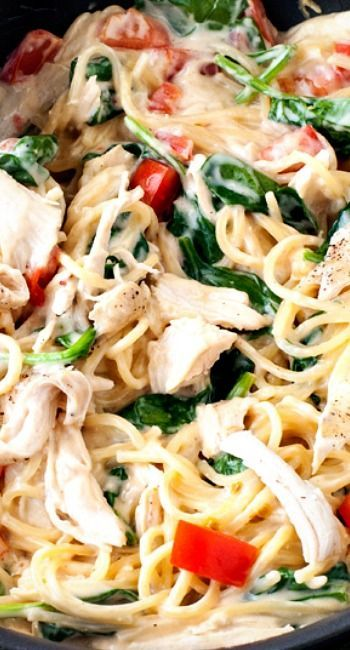 One Pan Chicken Florentine Spaghetti Recipe ~ it's creamy, cheesy, laced with veggies and chicken and can be on your table in under 30 minutes. #OnePotPasta