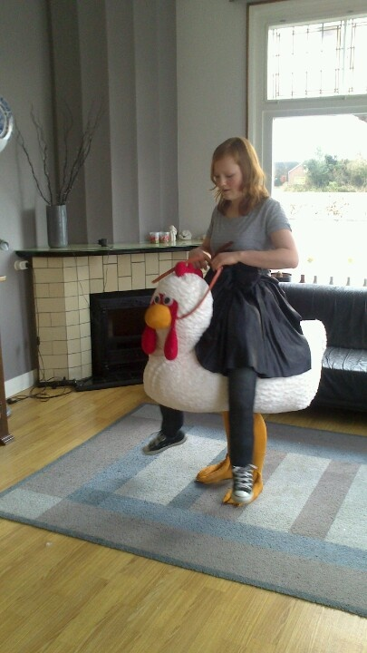Zoo 2 en een halve dag van mijn vakantie kwijt, maar dan heb je wel wat! Het beste 'ik rijd op een kip' kostuum wat ik had kunnen maken voor cabaret.