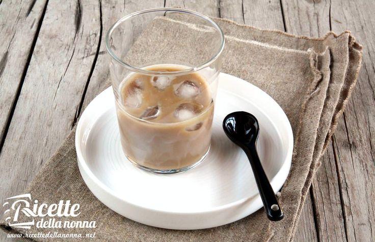 Caffè ghiaccio e latte di mandorle: ecco i tre ingredienti del caffè leccese servito in molti locali della città salentina (e non solo).