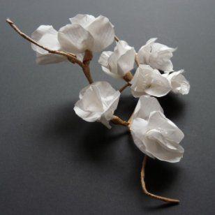 Bel objet poétique, cette branche est réalisée en fil de fer, recouvert de papier kraft auquel des fleurs en papier blanc viennent s'accrocher. A découvrir sur Marie Claire Idées .com