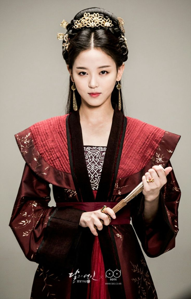 Moon Lovers : Kang Han-na as Princess Yeon HwaI can't stand her, but her clothing was always cool.