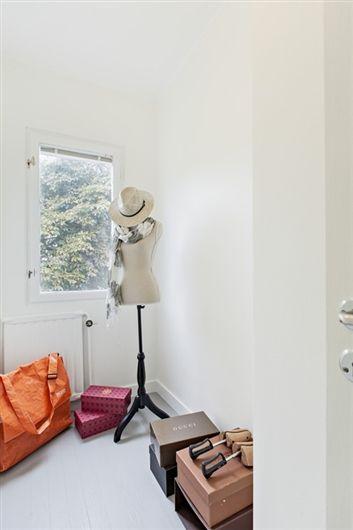 Intill ligger en klädkammare/litet arbetsrum