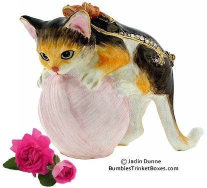 Kitten and yarn trinket box