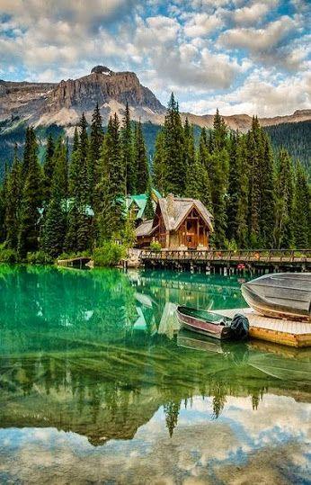 Emerald Lake - Lago Esmeralda Está localizado no Parque Nacional de Yoho, Columbia Britânica, Canadá. É o maior de 61 lagos e lagoas de Yoho, bem como uma das principais atrações turísticas do parque. O lago é cercado por montanhas como Mount Burgess e Wapta Montanha. Isto causa chuvas frequentes no verão e fortes quedas de neve no inverno. Devido à sua elevada altitude, o lago é congelado a partir de novembro até junho. A cor turquesa vívido da água fica espetacular em julho quando a neve…