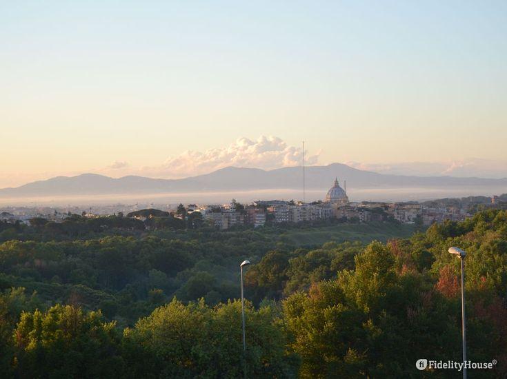 Quando Roma si sveglia lo fa piano piano, in punta dei piedi... poi tutto parte. Parte la città eterna: arte, cultura, fede cristiana, politica, manifestazioni